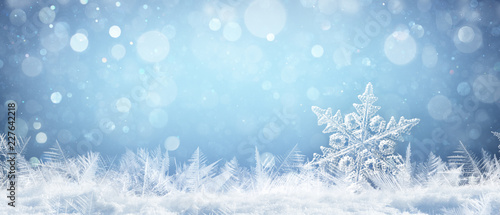 Fotografia Snowflake On Natural Snowdrift Close Up - Christmas And Winter Background