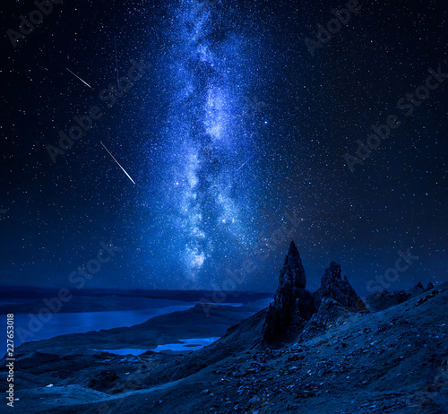 Fotografia Milky way, falling stars over Old Man of Storr, Scotland