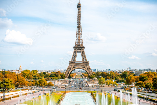 Obraz na plátne View on the Eiffel tower with fountains during the daylight in Paris