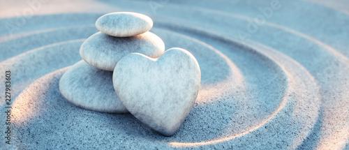 Kamienna wieża z sercem w fale piasku
