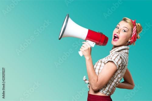 Fototapeta premium Portret kobiety mienia megafon, ubierający wewnątrz