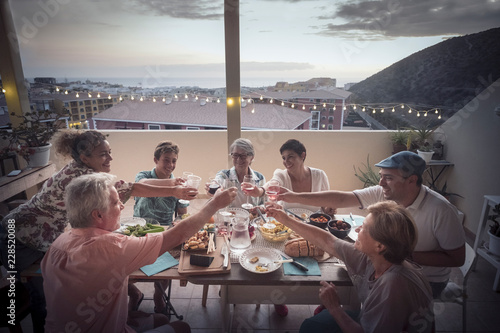 Canvas Print Friends having barbecue party at sunset on penthouse patio - Happy people toast