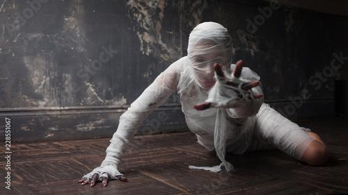 Leinwand Poster Scary mummy creeps on you