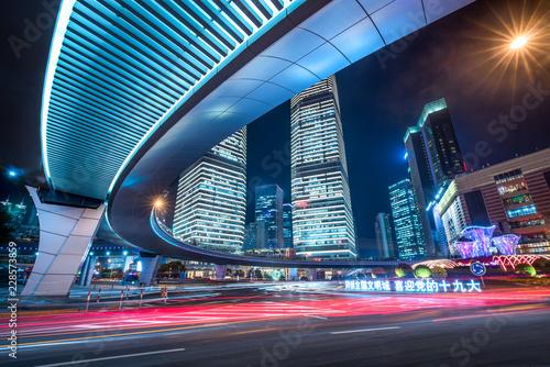 Fototapeta premium Skrzyżowanie dróg i ruch uliczny w Lujiazui, Szanghaju, Chińska Republika Ludowa