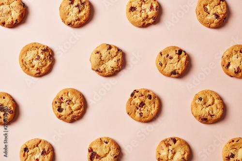 Fresh chocolate chip cookies pattern on pink background Fototapeta
