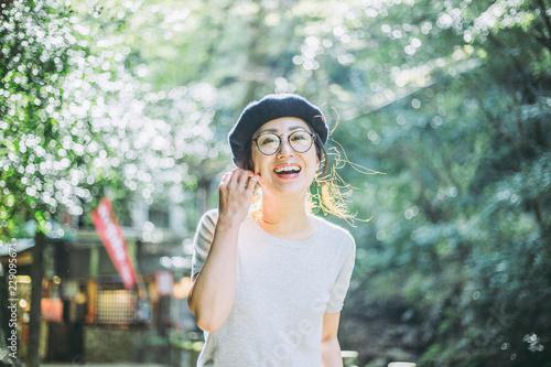 Valokuvatapetti 自然の中で笑顔の女性