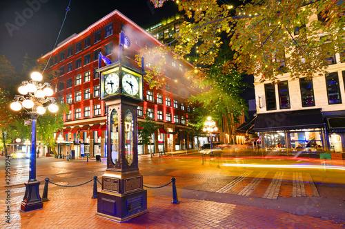 Fototapeta premium Nocny widok zabytkowego zegara parowego w Gastown Vancouver, Kolumbia Brytyjska, Kanada