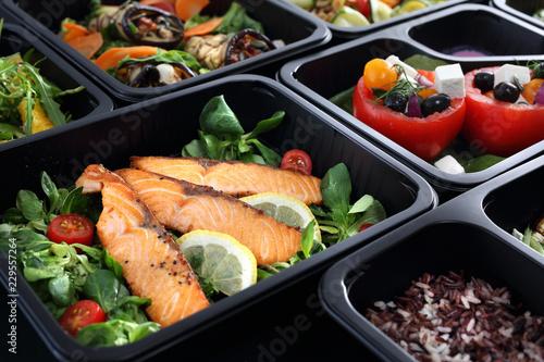 Catering, potrawy obiadowe w pudełkach.