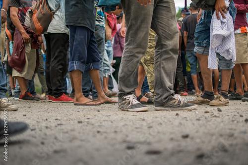 Valokuvatapetti Pies descalzos de migrante hondureño