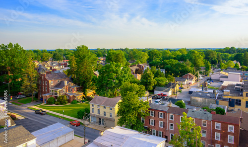 Fotografia Aerial view of suburban houses and sunset sky - West Chester, Pennsylvania, USA