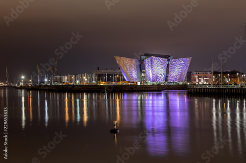 Titanic Belfast in the night Fototapeta