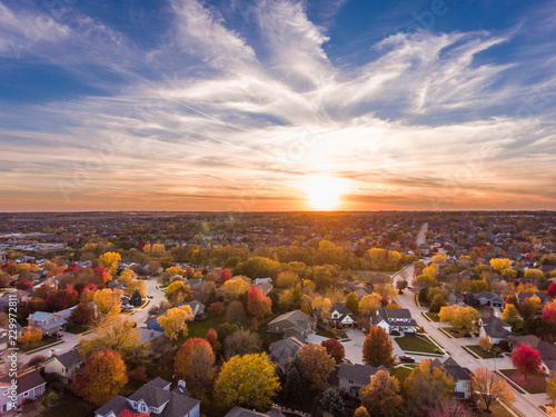 Photo Sunset in the fall over the suburbs