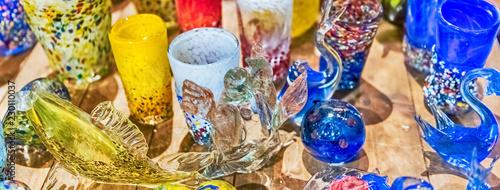 Fotografia Traditional colorful murano glass goblets  for sale, Murano, Venice, Italy