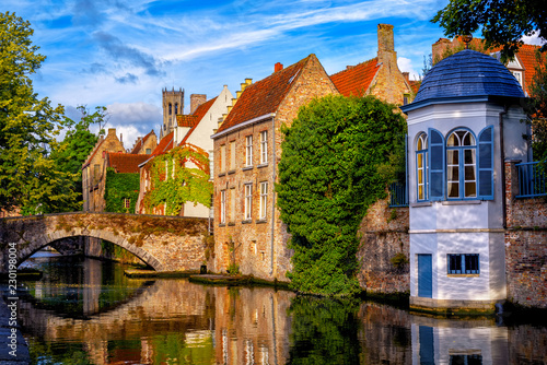 Fototapeta premium Historyczne ceglane domy na średniowiecznym Starym Mieście w Brugii, Belgia