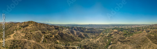 Fotografia Panoramic view of Los Angeles and the Griffith Observatory as seen from the Holl