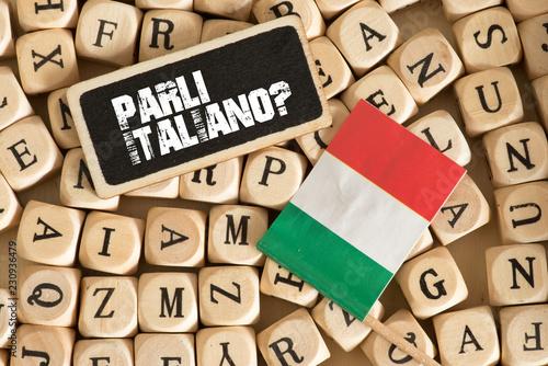 Foto Verschiedene Buchstaben, Flagge von Italien und Frage Sprechen Sie Italienisch