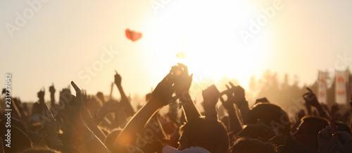 Fotografija menschen im sonnenuntergang auf einem open air festival