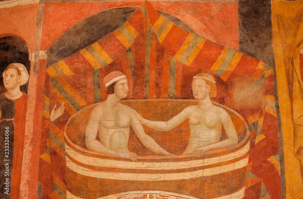 Kobieta i mężczyzna kąpią się na XIV-wiecznym fresku w historycznym Palazzo del Podesta <span>plik: #232326066 | autor: radiokafka</span>