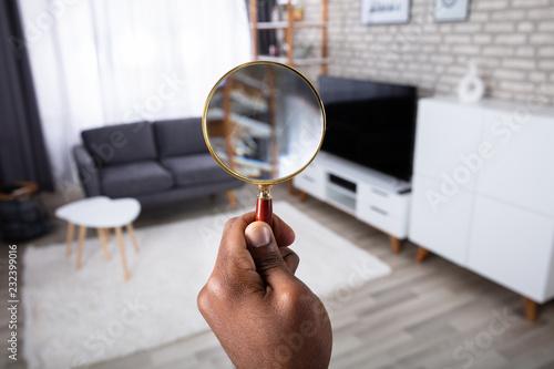Obraz na plátne Man Holding Magnifying Glass
