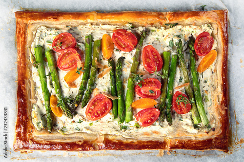 Fotografia Tart with asparagus and tomatoes