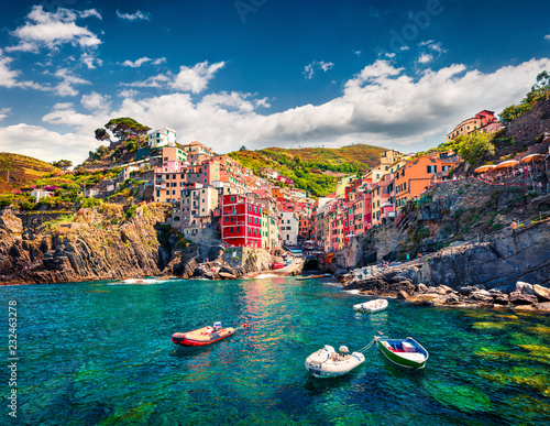 Photo First city of the Cique Terre sequence of hill cities - Riomaggiore