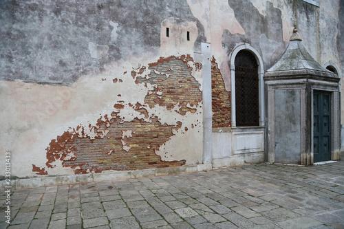 Venedig: Verwitterte Fassade einer alten Synagoge im jüdischen Viertel im Stadtteil Cannaregio
