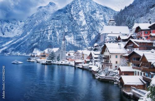 Obraz na płótnie Jezioro na Austriacką wioską wpisaną jako światowe dziedzictwo kultury