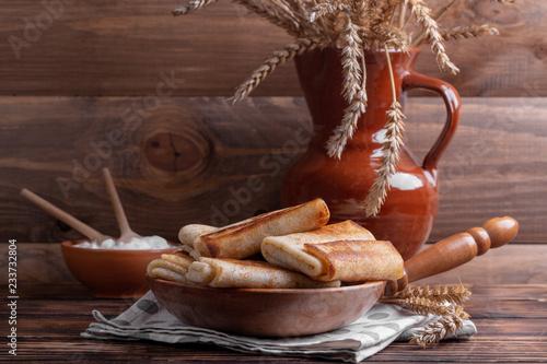 блины с начинкой в сковороде на кухонном столе