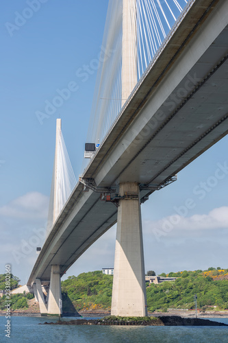 Fototapeta premium Dolny nowy most drogowy Queensferry Crossing nad Firth of Forth w Szkocji