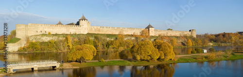 Canvas Print Ivangorod fortress in the autumn panorama
