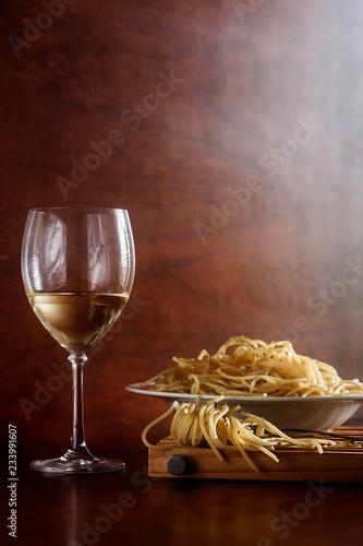 Foto copa de vino blanco con plato de pasta italiana