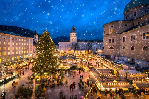 Fototapeta premium Jarmark bożonarodzeniowy w Salzburgu na Domplatz w zimie, Austria
