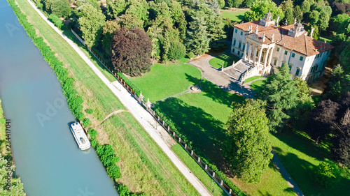 Photo Aerial top view of ancient villa Giovanelli and garden on canal Brenta from abov