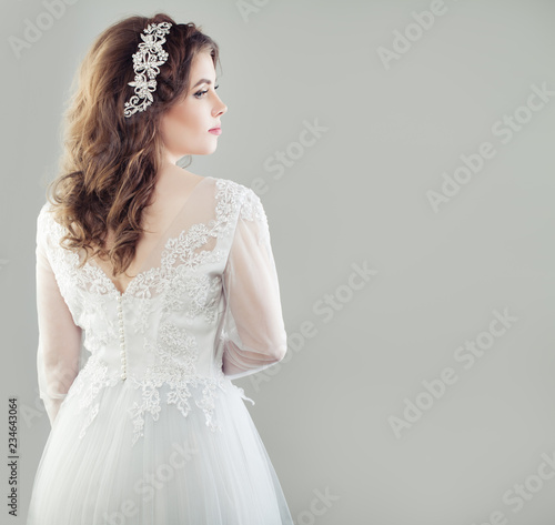 Glamorous young bride woman in white bridal dress, female back and profile Fototapete