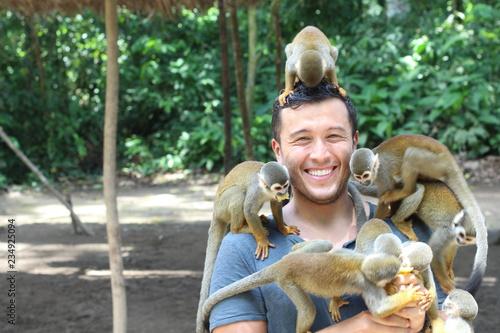 Fototapeta premium Przystojny mężczyzna etniczne z małpami titi