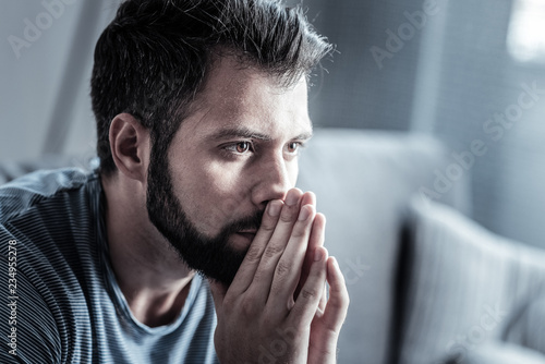 Foto Portrait of concentrated male that being at home
