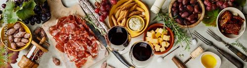 Fotografia Wine and tapas on concrete background, top view