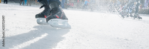 Obraz na plátně People ice skating on ice rink