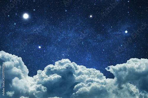 Nocne niebo z chmurami i gwiazdami