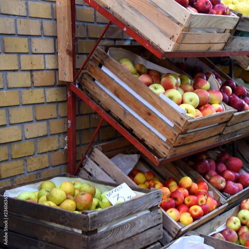 Stand mit Kisten voller Äpfel in der Hala Gwardii