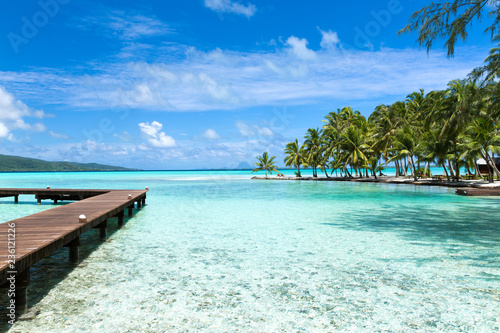 Fotografia travel, seascape and nature concept - wooden pier on tropical beach in french po