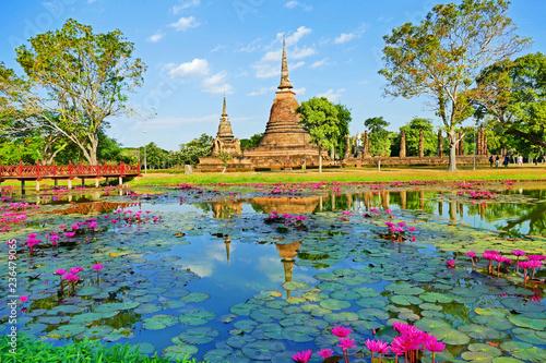Canvas Print Ancient Buddhist Temple Ruins of Wat Sa Si in The Sukhothai Historical Park, Tha
