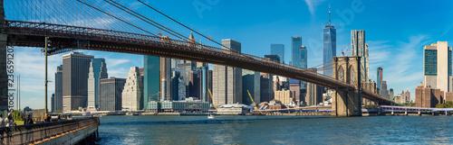 Fototapeta premium Charakterystyczny widok na Brooklyn Bridge nad Manhatten wieżowce w Nowym Jorku.