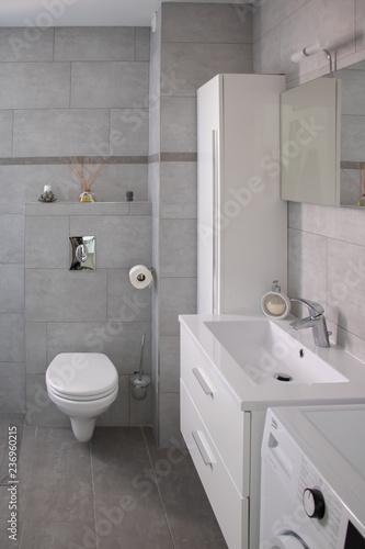 salle de bain moderne avec wc suspendu dans les tons gris et blancs et dans le s Fototapeta