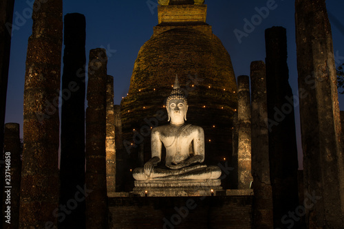 Fotografia the ancient Buddhist temple of Wat Sa Si in evening twilight