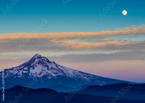 Photo the full moon over a sunset landscape