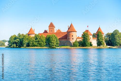 Fototapeta premium Trakai zamek na wyspie jezioro na Litwie