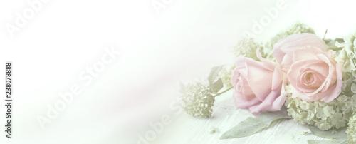 Fototapeta premium Piękny wzrastał kwiaty na drewnianym tle
