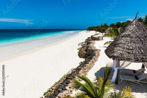 Fotografia Beautiful Beach by the blue waters of the Indian ocean in Zanzibar