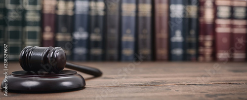 Tableau sur Toile Judge Gavel and Law books on a  wooden background.
